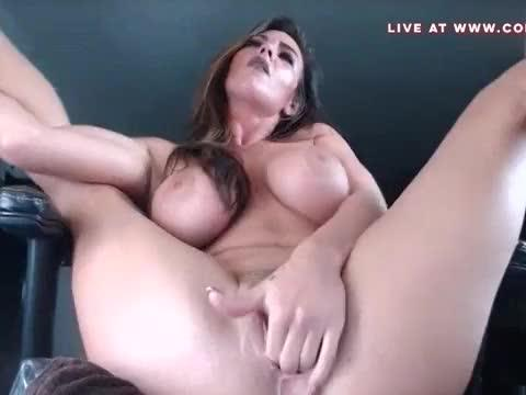 Hot brunette playing with her pussy - www.cortsa.com